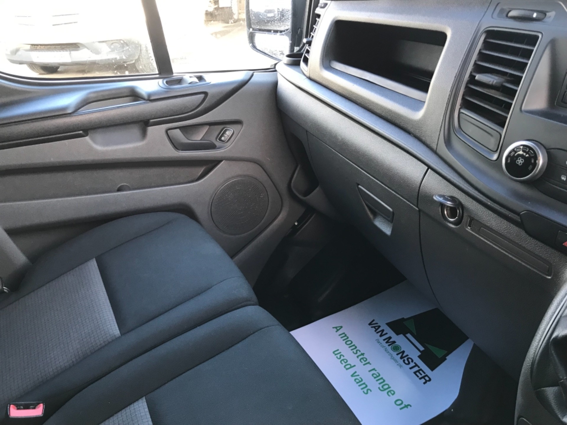 2018 Ford Transit Custom 320 L2 2.0 130ps D/Cab Euro 6 (BK18OLG) Image 9