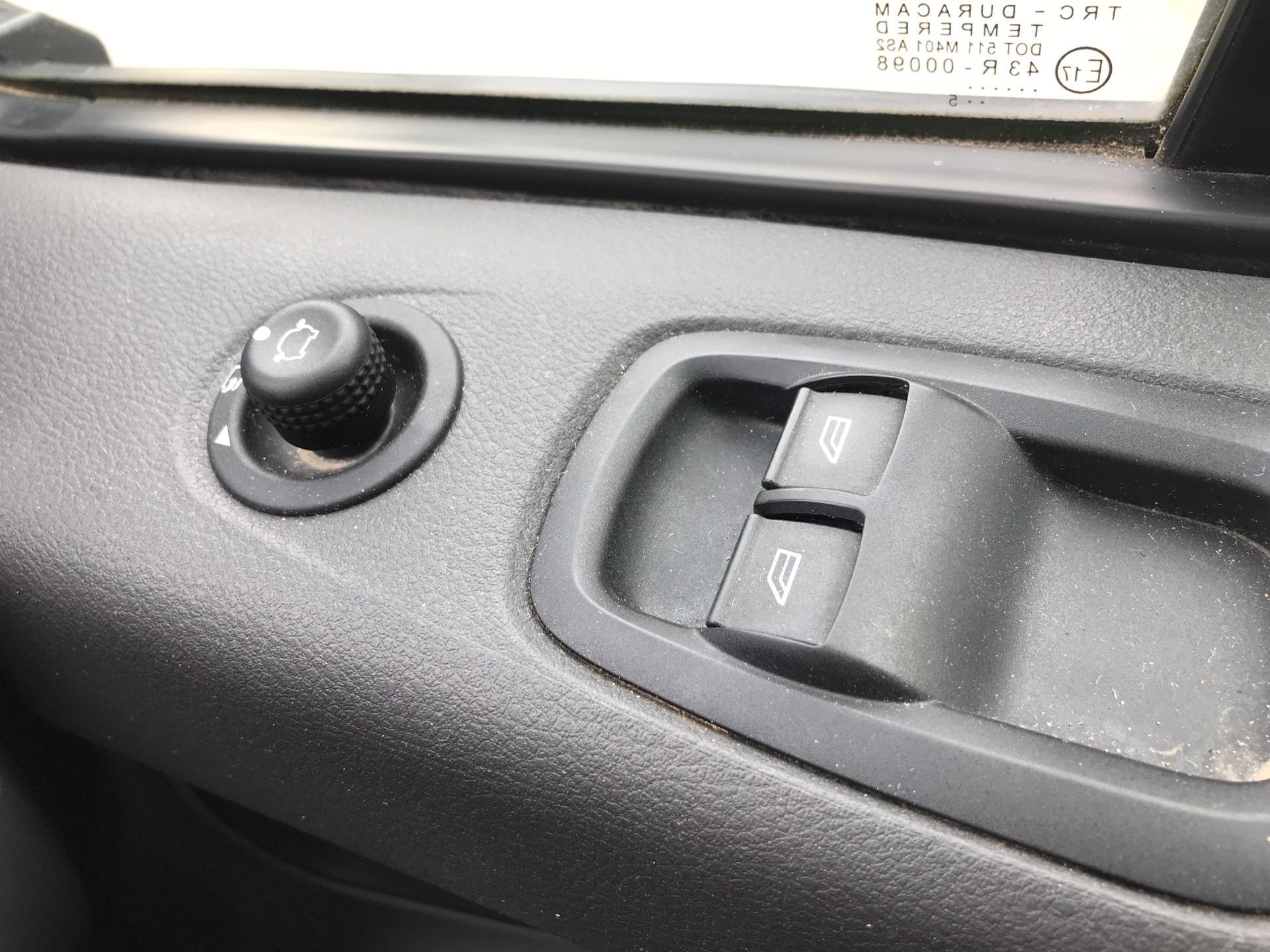 2015 Ford Transit Custom  270 L1 DIESEL FWD 2.2TDCI 100PS LOW ROOF TREND EURO 5 (CX15WVV) Image 19