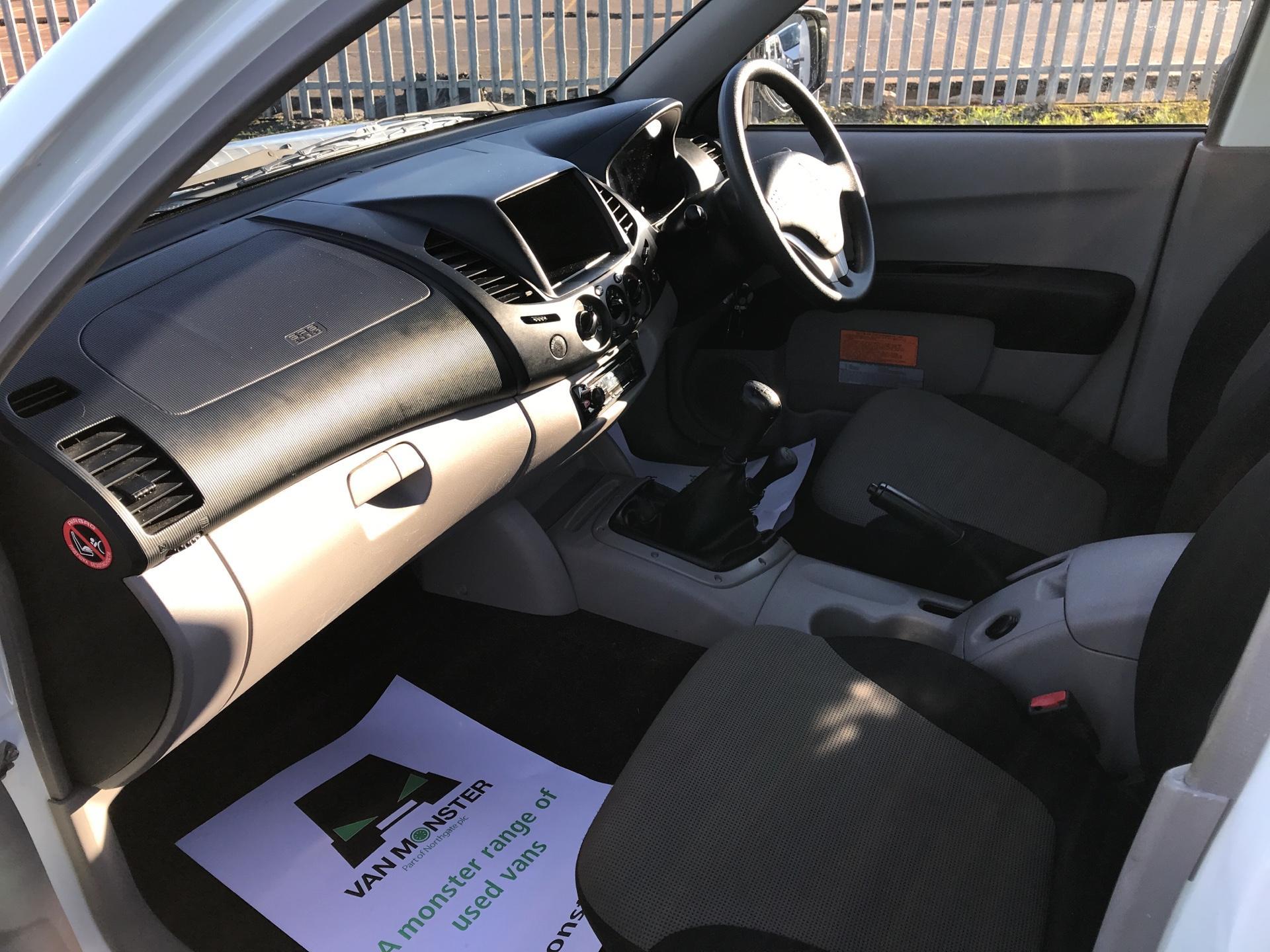 2015 Mitsubishi L200 DI-D 4 LIFE 4WD 134 BHP EURO 5 (DL65CWN) Image 14