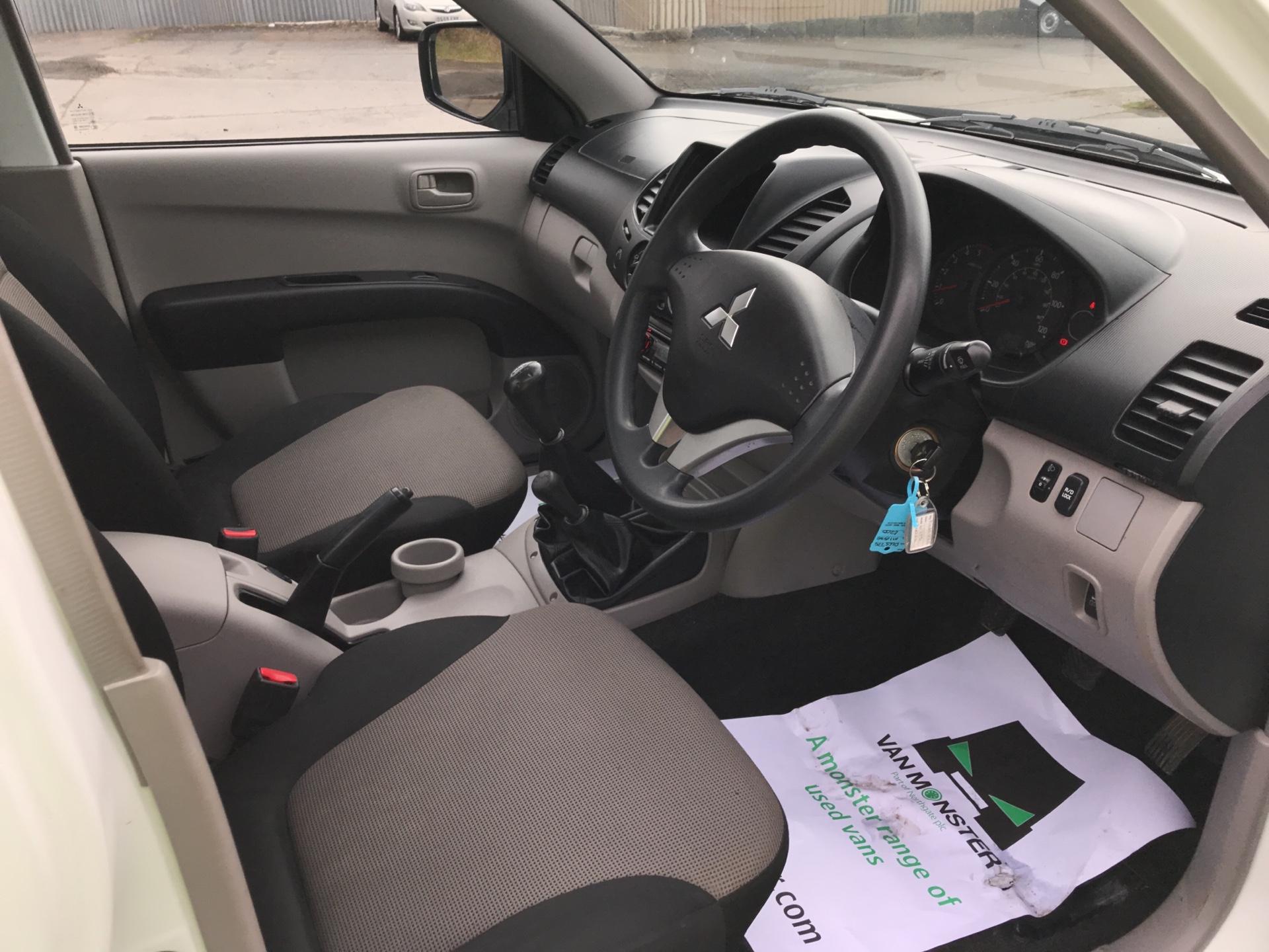 2015 Mitsubishi L200 DI-D 4 LIFE 4WD 134BHP EURO 5 (DL65JZG) Image 9