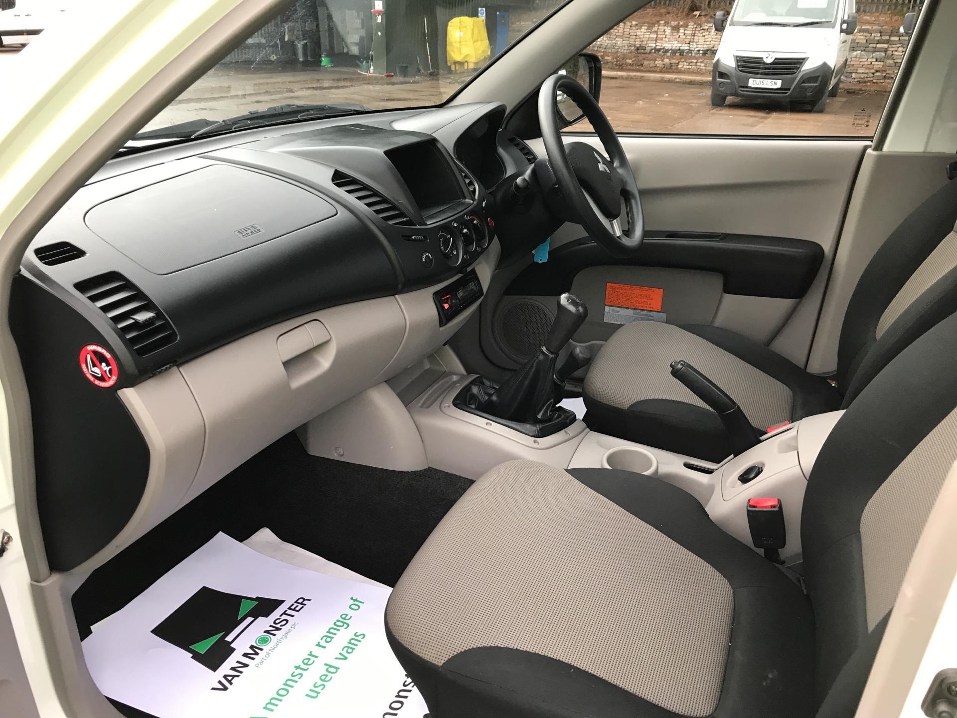 2015 Mitsubishi L200 DI-D 4 LIFE 4WD 134BHP EURO 5 (DL65JZG) Image 14