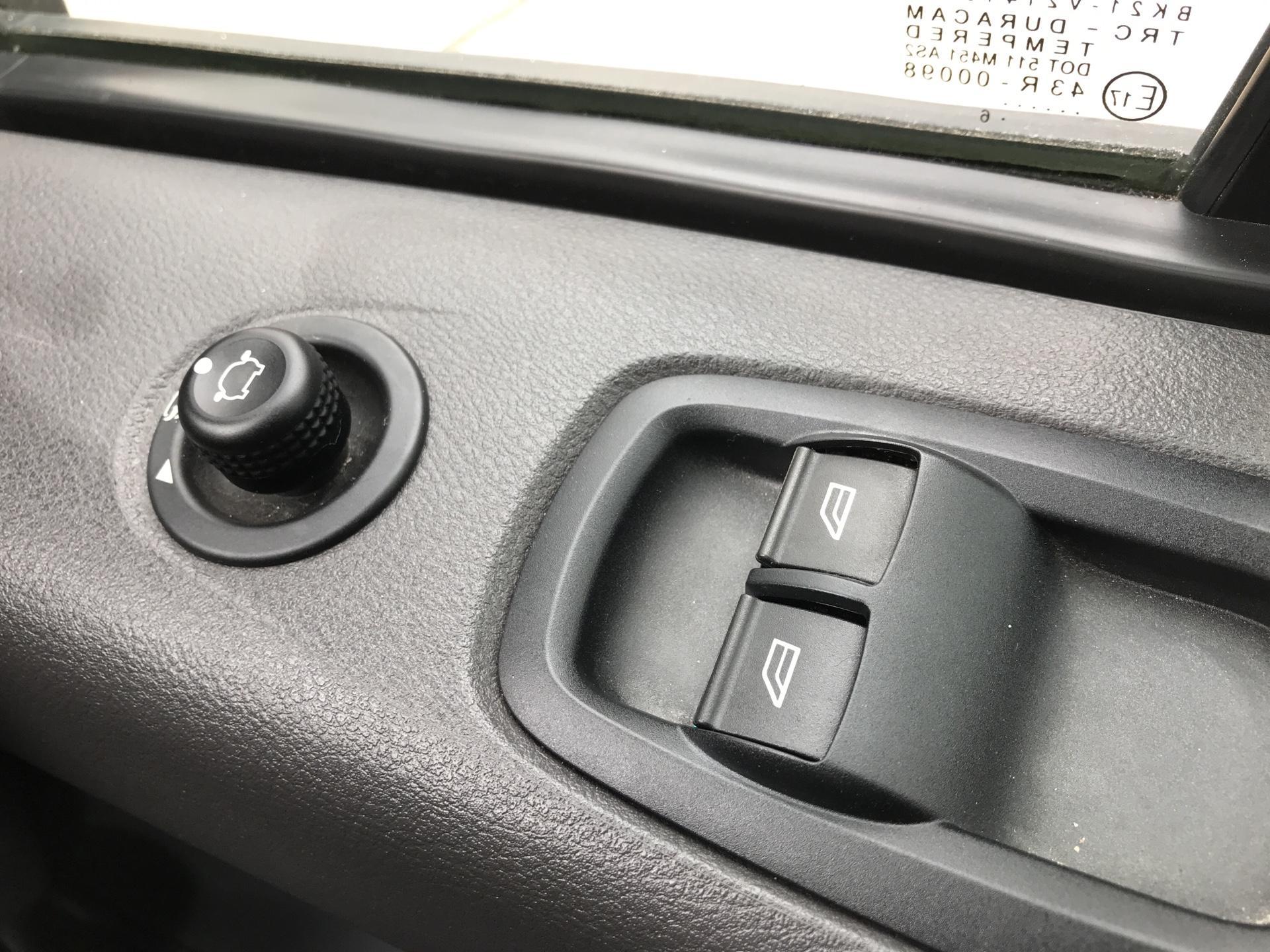 2016 Ford Transit Custom 290 L1 DIESEL FWD 2.2 TDCI 125PS LOW ROOF LIMITED VAN EURO 5 (DV16OKP) Image 19