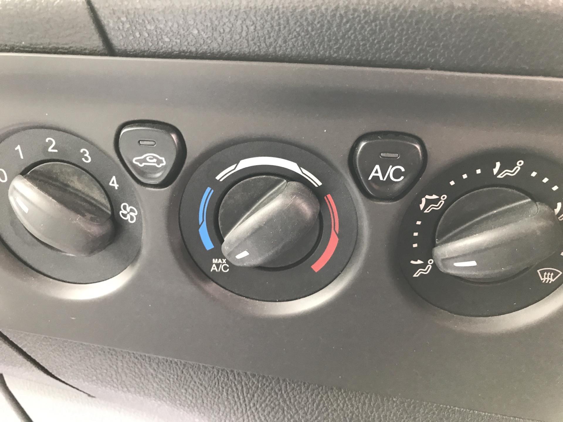 2016 Ford Transit Custom 290 L1 DIESEL FWD 2.2 TDCI 125PS LOW ROOF LIMITED VAN EURO 5 (DV16OKP) Image 18