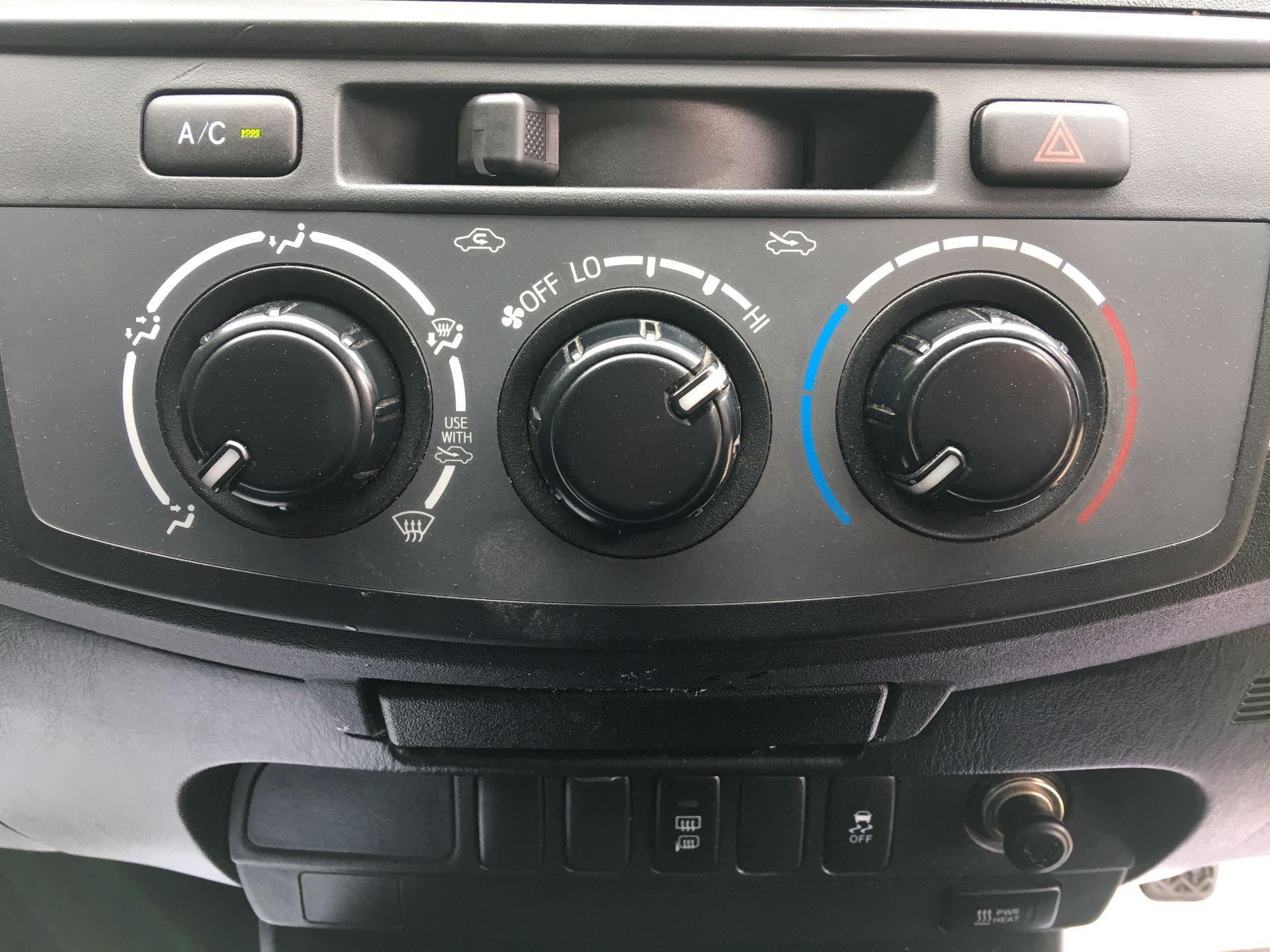 2015 Toyota Hilux DOUBLE CAB PICK UP 2.5 D-4D ACTIVE EURO 5 (DX65OZB) Image 7