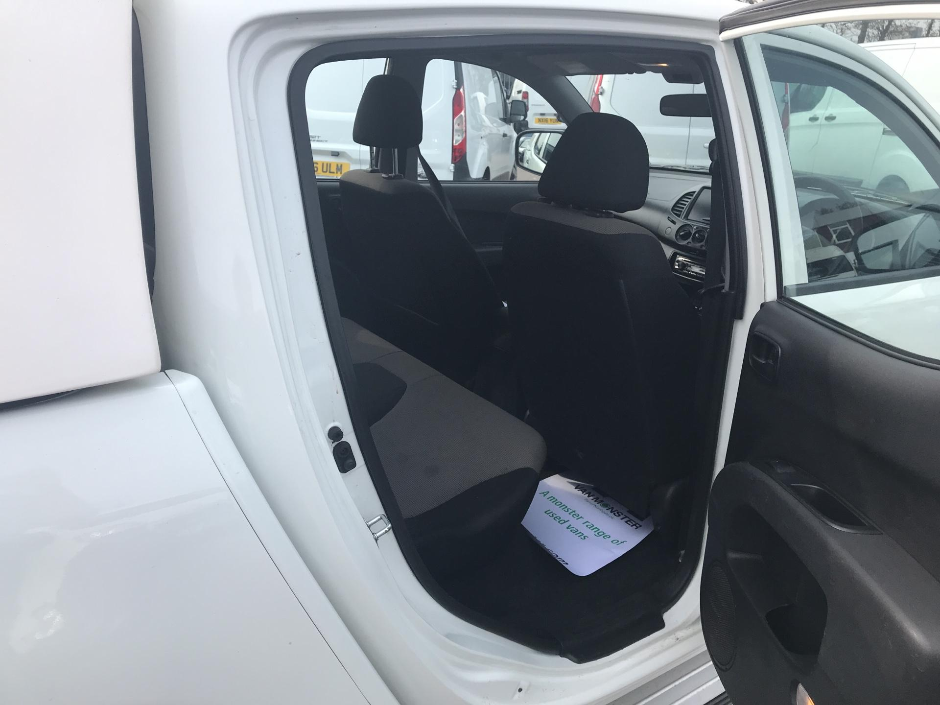 2015 Mitsubishi L200 Double Cab Di-D 4Life 4Wd 134Bhp *VALUE RANGE VEHICLE CONDITION REFLECTED IN PRICE* (DY65XLH) Image 19