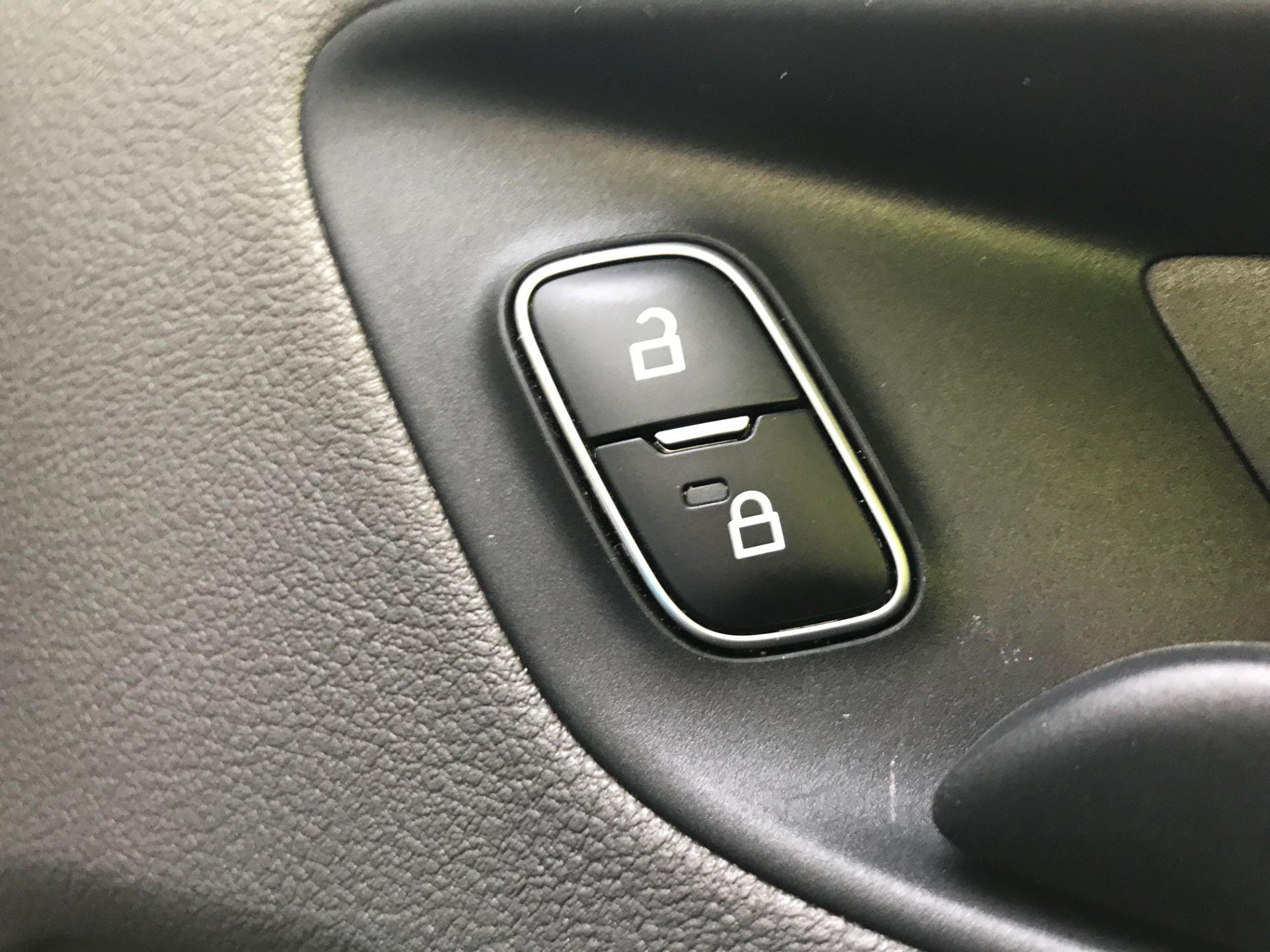 2018 Ford Transit Custom 320 L2 2.0TDCI 130PS 9 SEAT MINIBUS EURO 6 (FL68AOB) Image 29