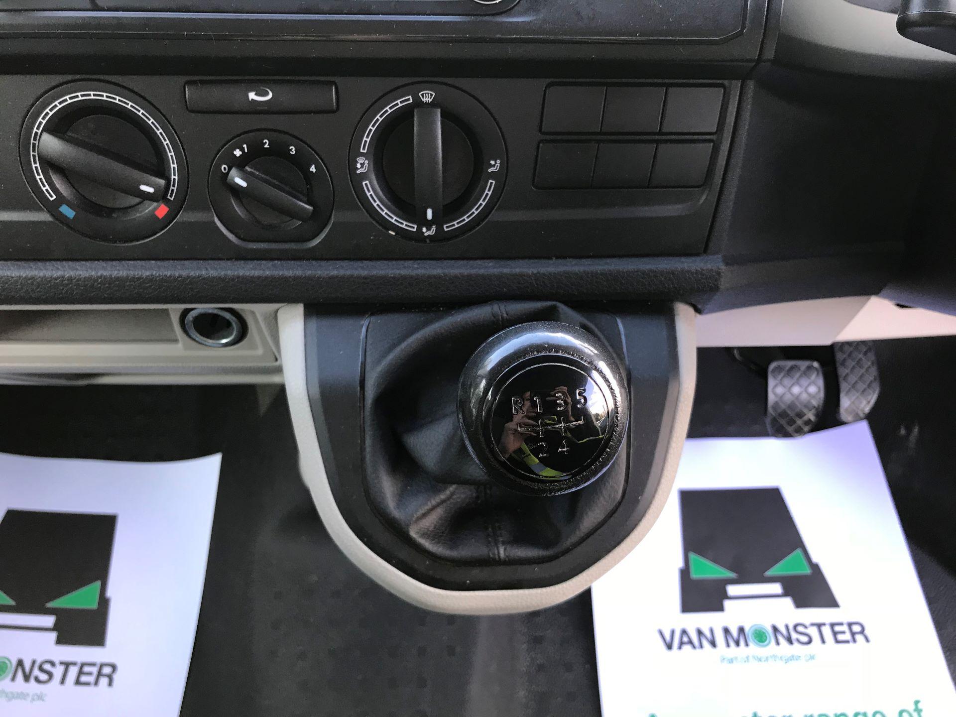 2016 Volkswagen Transporter  T28 SWB DIESEL 2.0 TDI BMT 102 STARTLINE VAN EURO 5 (GD16HGC) Image 24