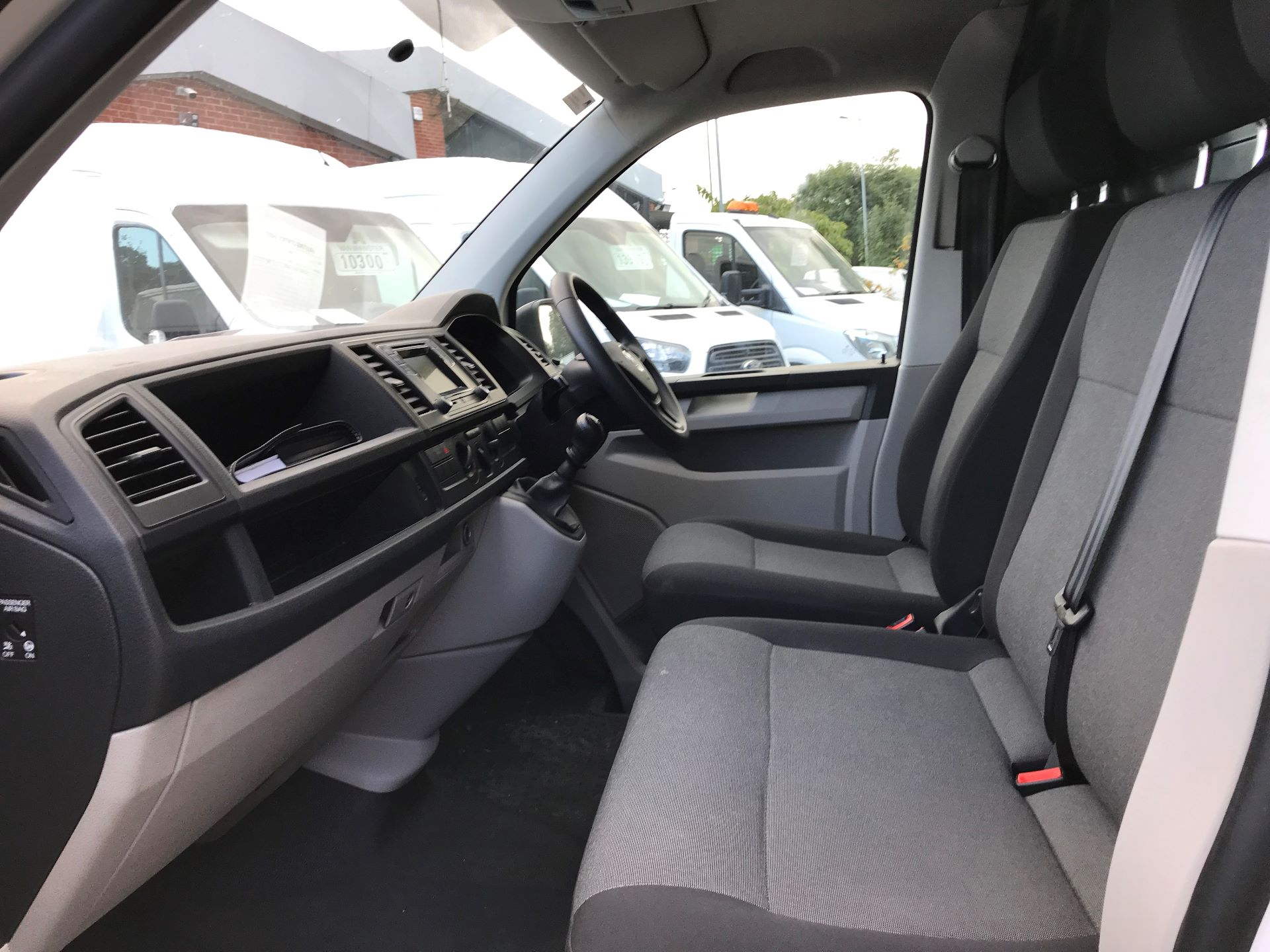 2018 Volkswagen Transporter  T28 SWB DIESEL 2.0 TDI BMT 84 STARTLINE VAN EURO 6 (GD67ZWM) Image 16