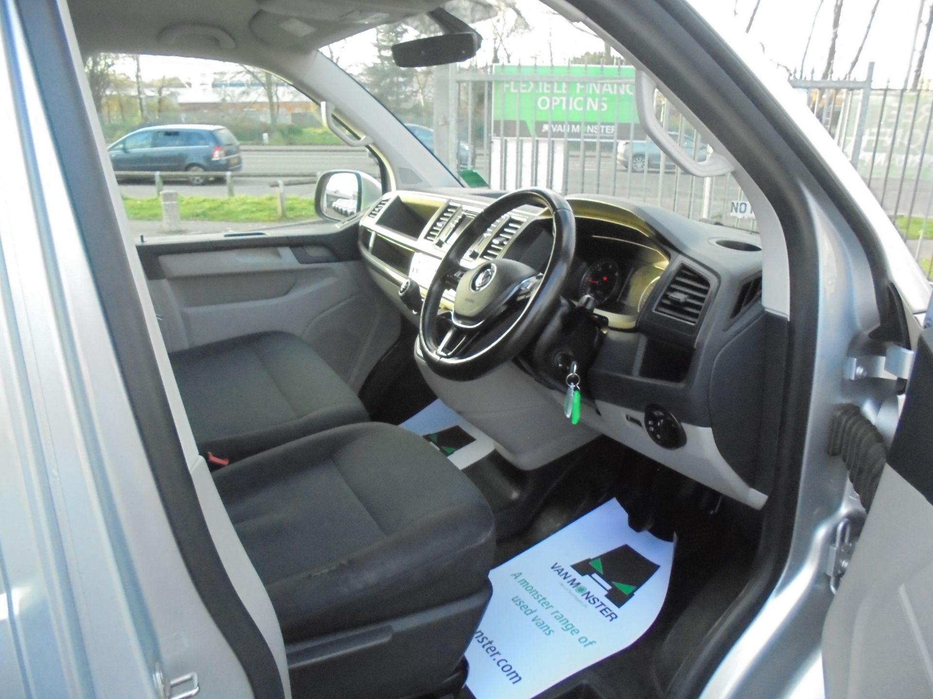 2017 Volkswagen Transporter  T28 SWB DIESEL 2.0 TDI BMT 102 HIGHLINE VAN EURO 6  (GF67KYK) Image 11