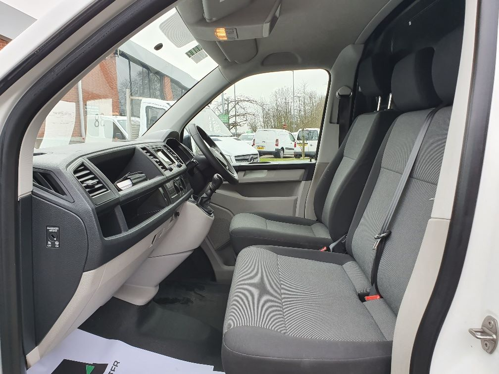 2018 Volkswagen Transporter  T30 SWB DIESEL 2.0 TDI BMT 102 STARTLINE VAN EURO 6 (GJ18KBO) Image 16