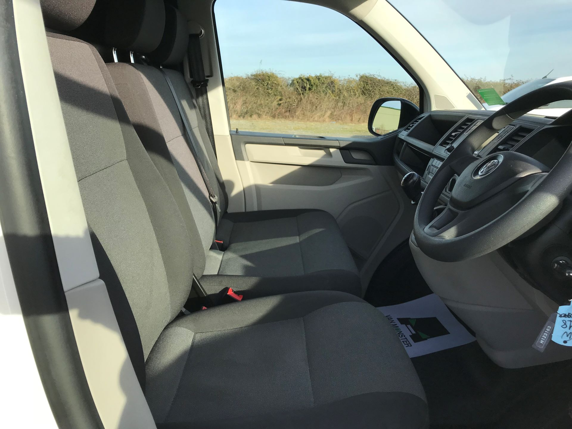 2018 Volkswagen Transporter  T30 LWB DIESEL 2.0 TDI BMT 102 STARTLINE VAN EURO 6 (GJ18KFA) Image 16