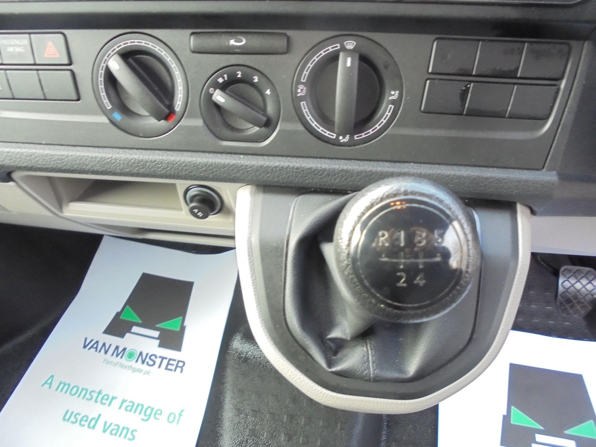 2018 Volkswagen Transporter  T30 LWB DIESEL 2.0 TDI BMT 102 STARTLINE VAN EURO 6 (GJ18UXR) Image 11