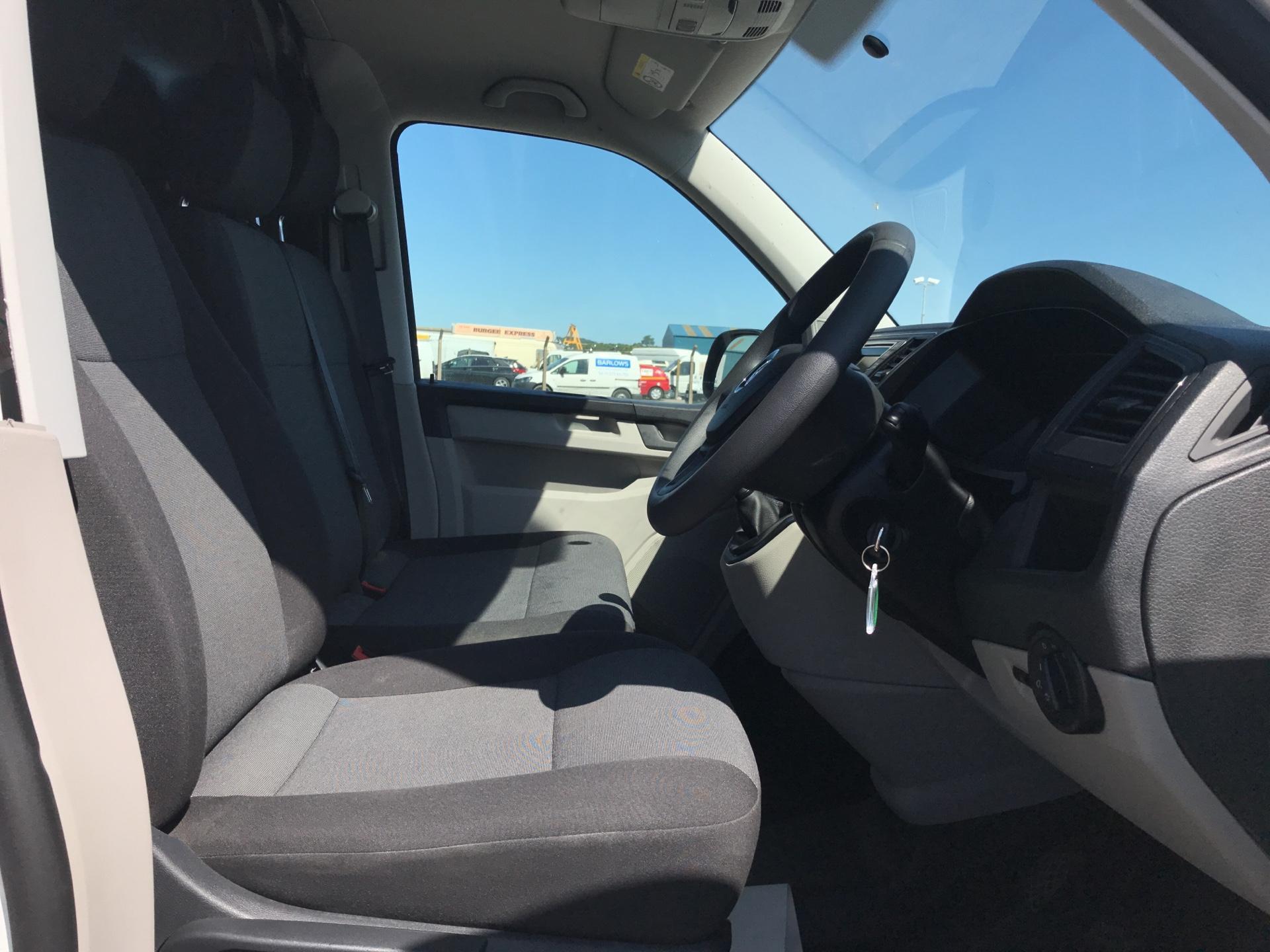 2017 Volkswagen Transporter T28 SWB DIESEL 2.0 TDI BMT 102 STARTLINE VAN EURO 6 (GK17SKZ) Image 9
