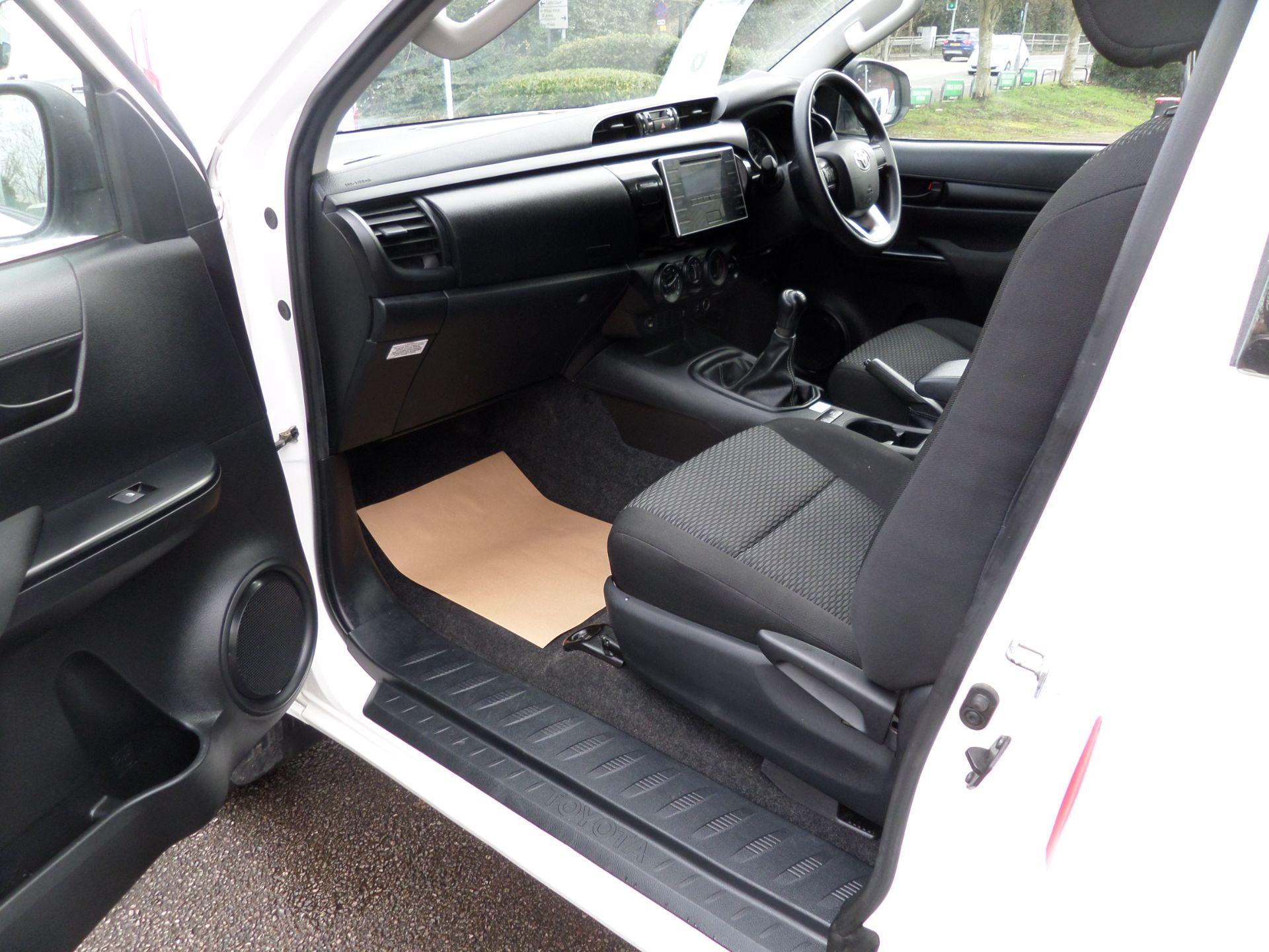 2017 Toyota Hilux Active Extra Long Double Cab Pick Up 2.4 D-4D Euro 6 (NU17RSO) Image 11