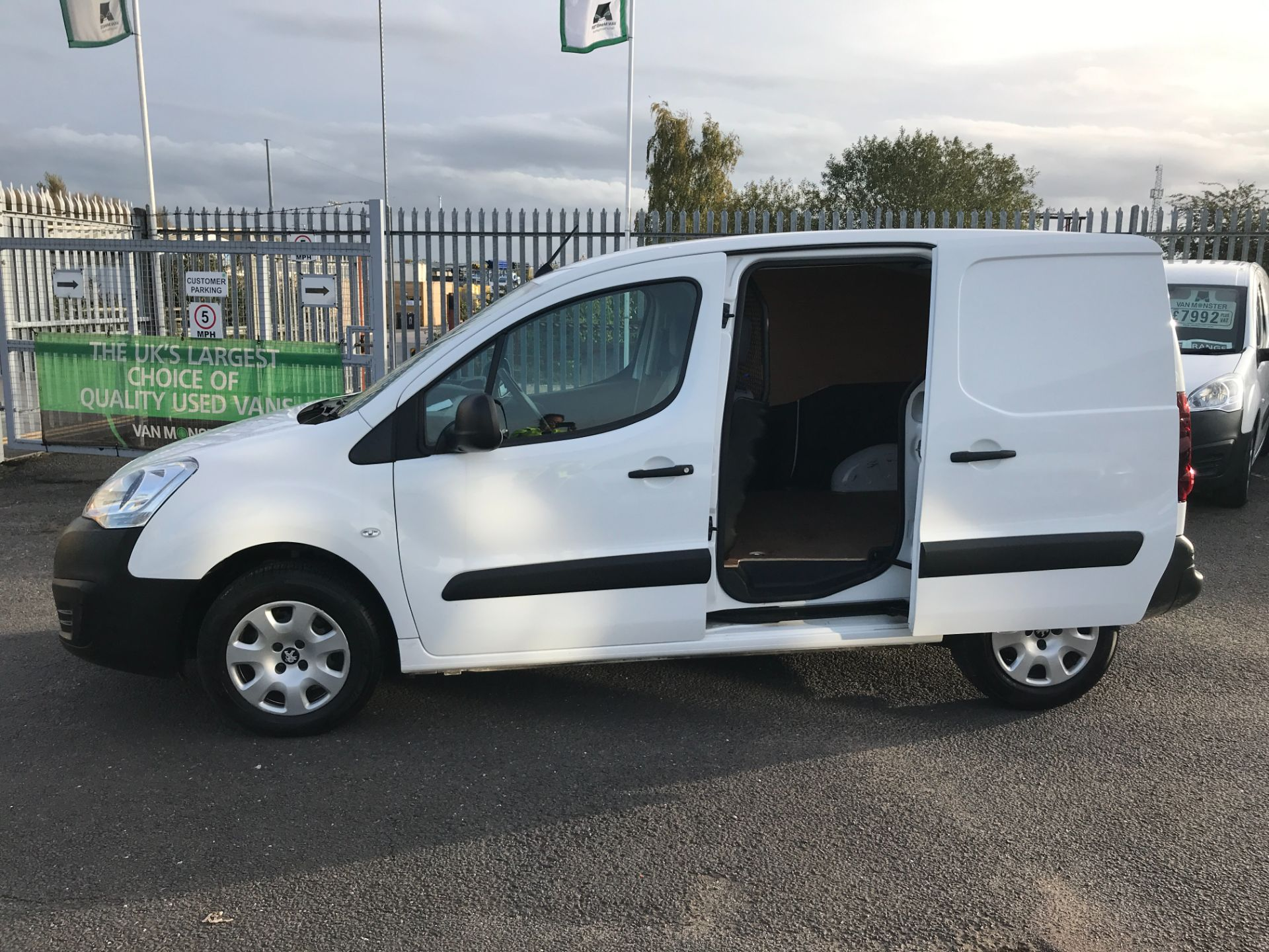 2016 Peugeot Partner L1 850 1.6BLUEHDI 100PS PROFESSIONAL EURO 6 (NU66YAY) Image 24