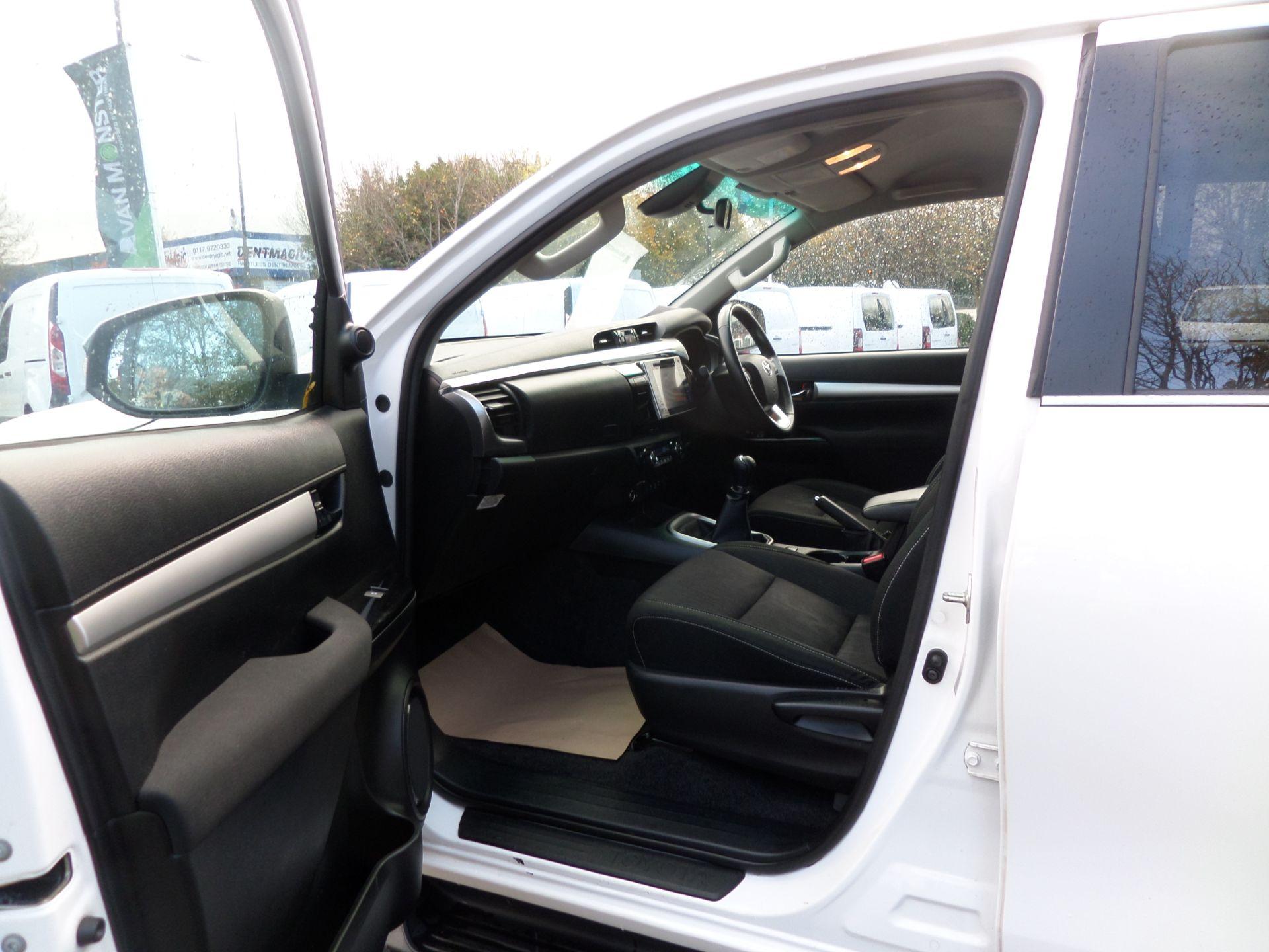 2017 Toyota Hilux Invincible D/Cab Pick Up 2.4 D-4D Euro 6 (NU67OHD) Image 8