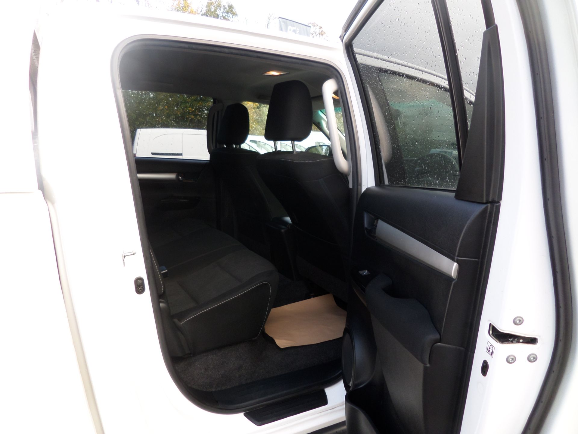 2017 Toyota Hilux Invincible D/Cab Pick Up 2.4 D-4D Euro 6 (NU67OHD) Image 11