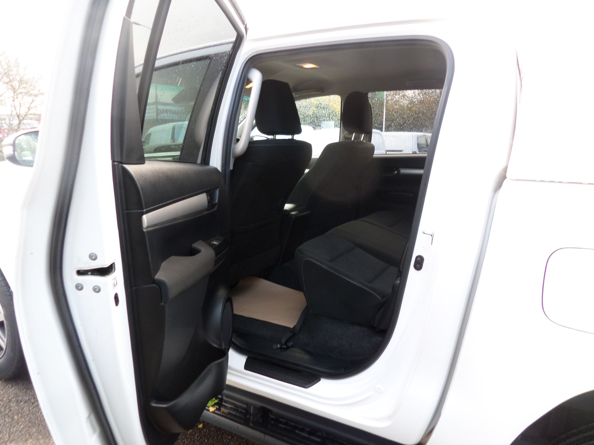 2017 Toyota Hilux Invincible D/Cab Pick Up 2.4 D-4D Euro 6 (NU67OHD) Image 7