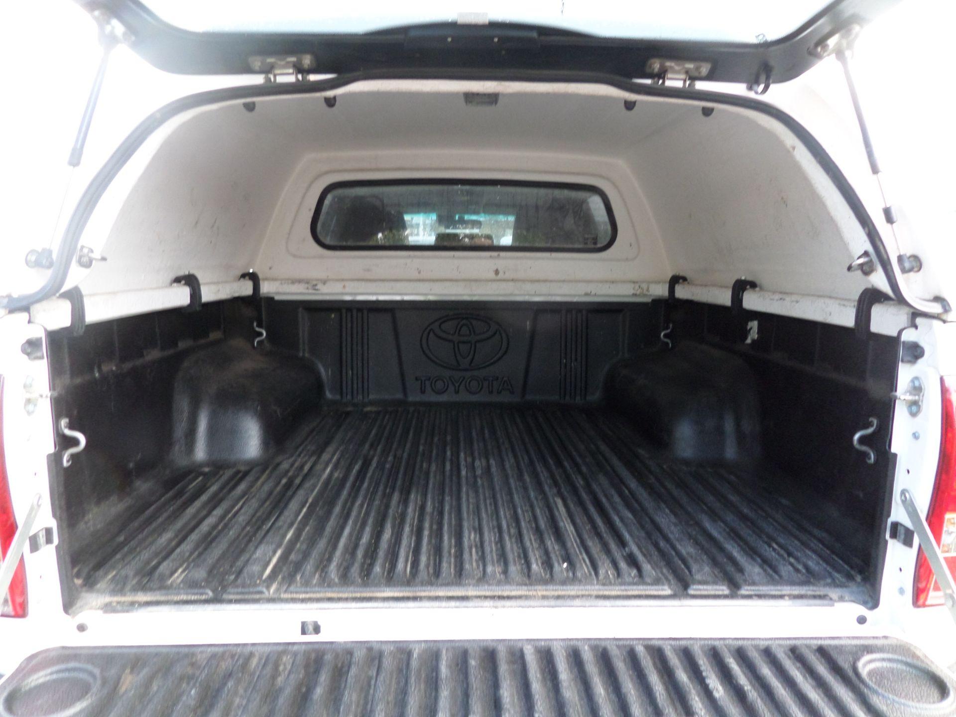 2017 Toyota Hilux Invincible D/Cab Pick Up 2.4 D-4D Euro 6 (NU67OHD) Image 5