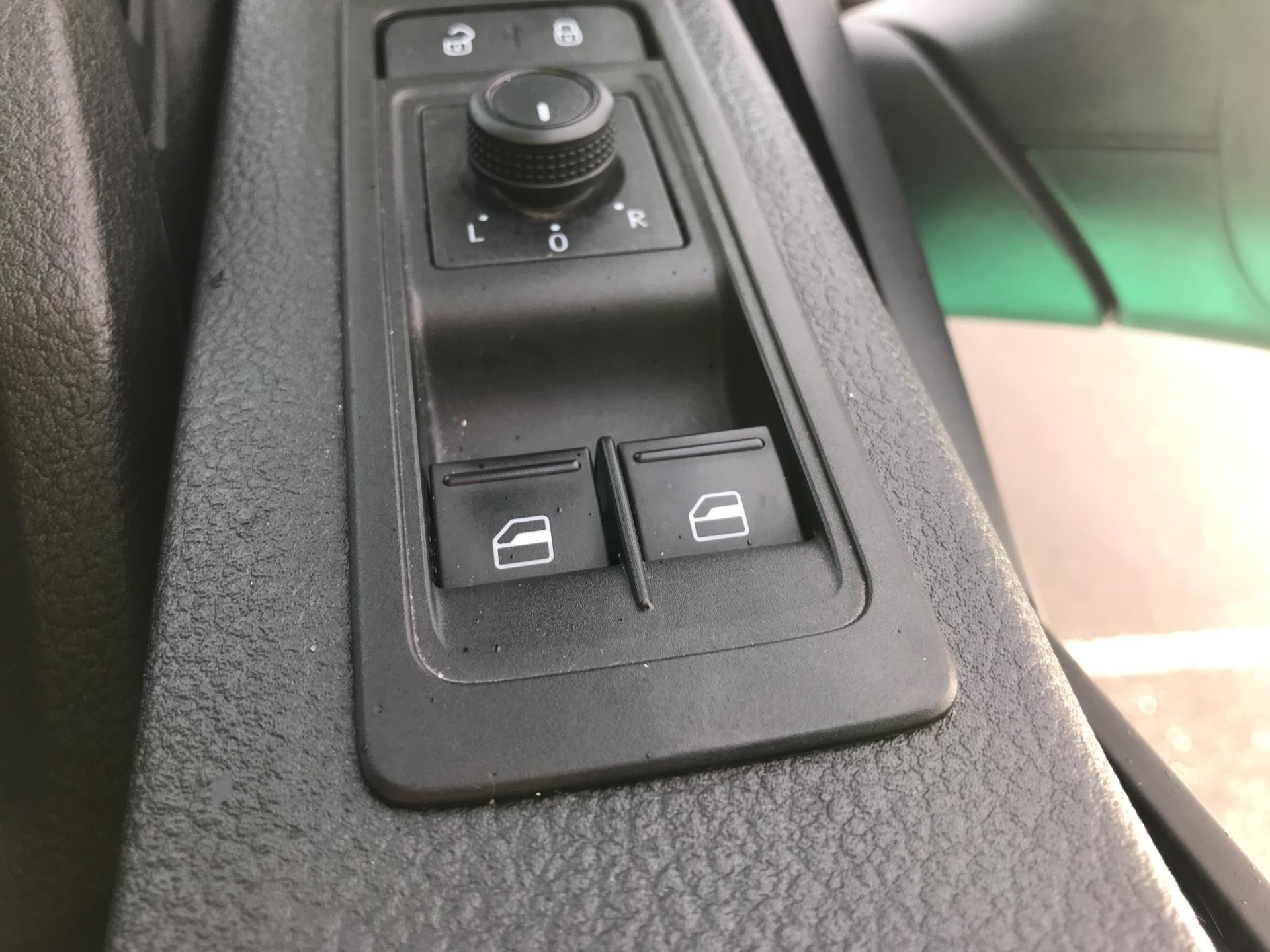2017 Volkswagen Transporter T28 LWB DIESEL 2.0 TDI BMT 84 STARTLINE VAN EURO 6 (SB67FPC) Image 17
