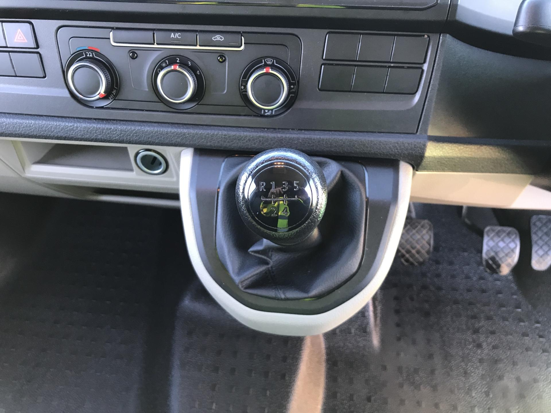 2018 Volkswagen Transporter T28 LWB DIESEL 2.0 TDI BMT 84 STARTLINE VAN EURO 6 (SB67WZH) Image 11
