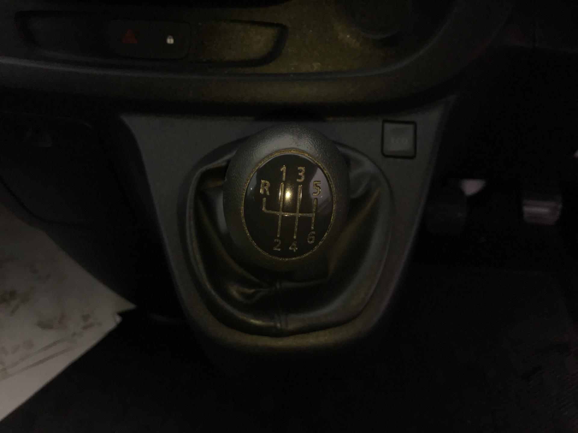 2015 Renault Trafic SWB SL27 ENERGY DCI 120 BUSINESS+ AIR CON EURO 5  (SJ65GYR) Image 11