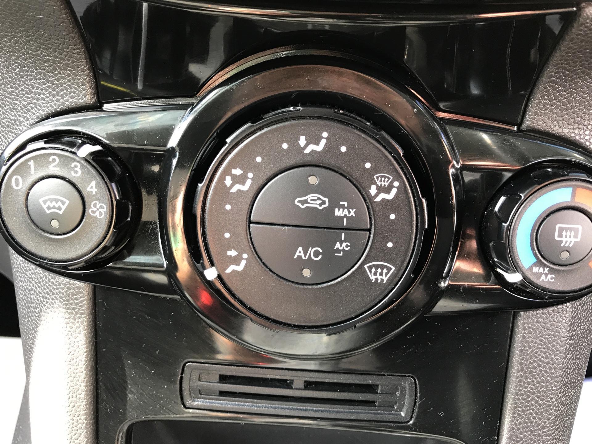 2017 Ford Fiesta DIESEL 1.5 TDCI SPORT VAN EURO 6 (SN17YZK) Image 17