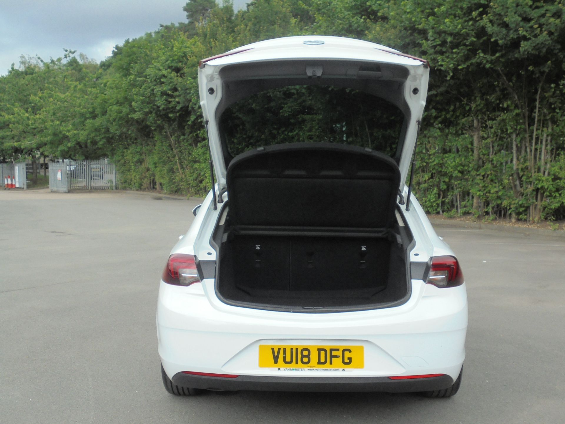 2018 Vauxhall Insignia 1.6 Grand Sport Turbo D Ecotec [136] Sri Nav 5Dr (VU18DFG) Image 9