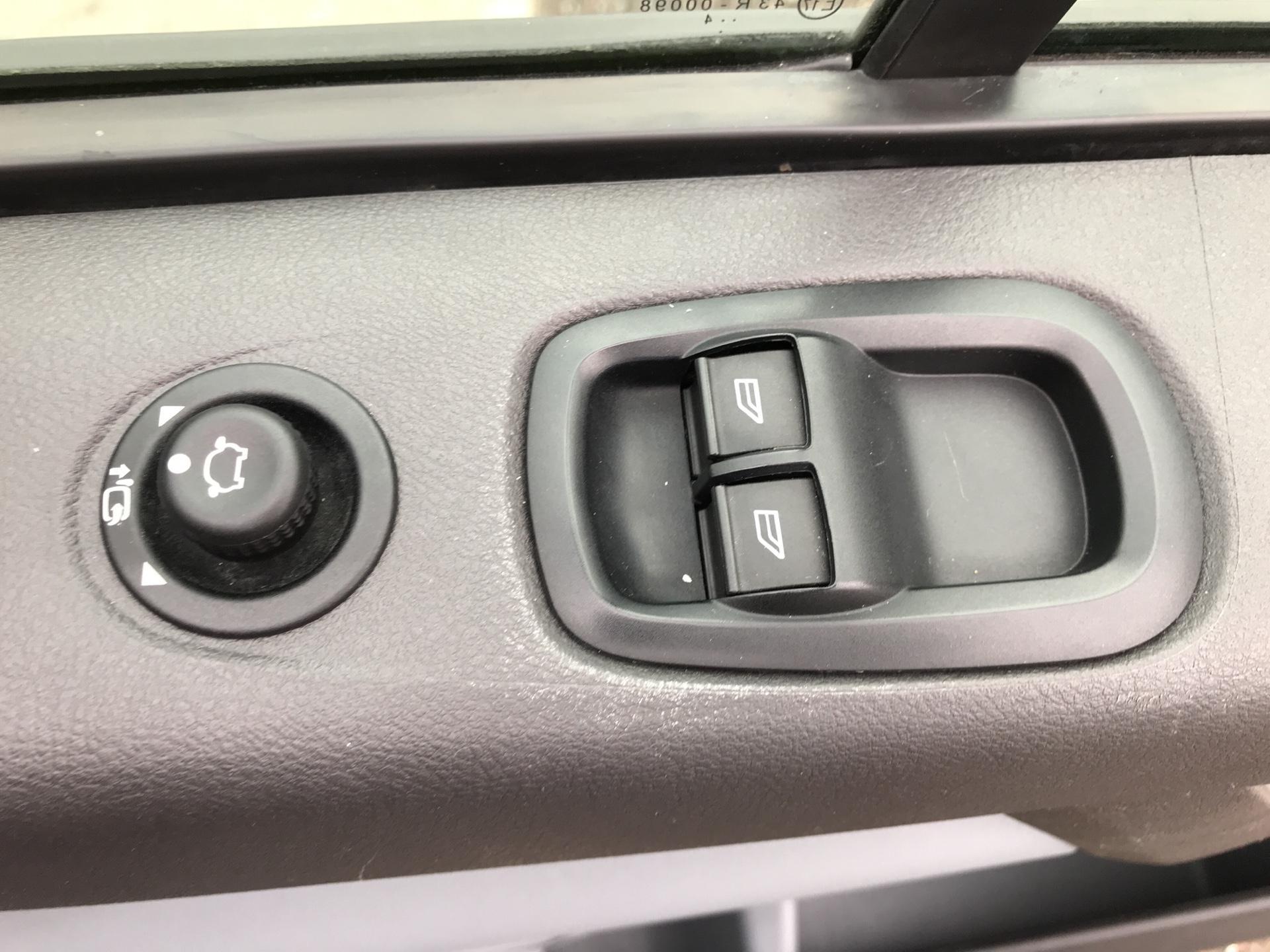 2014 Ford Transit Custom 330 L2 DIESEL FWD 2.2 TDCI 125PS LOW ROOF TREND VAN EURO 5 (YK64GDE) Image 20