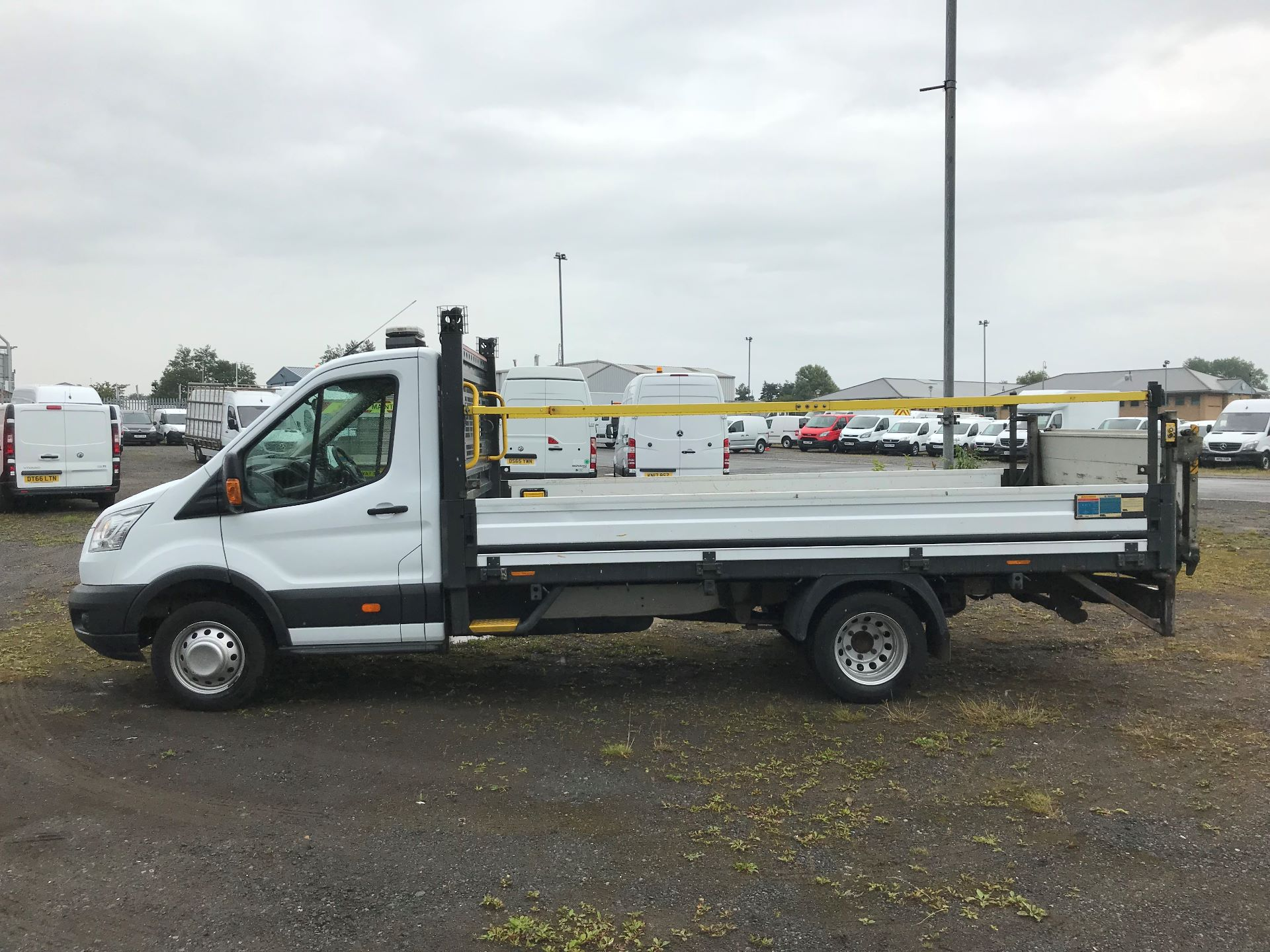 2016 Ford Transit 2.2 Tdci 125Ps Heavy Duty Chassis Cab *VALUE RANGE VEHICLE CONDITION REFLECTED IN PRICE*  (YS66SOE) Image 4